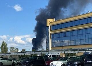 Incendio a Roma, colonna di fumo nero a Tor Cervara