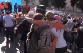 Le immagini shock: baci e abbracci alla manifestazione No vax del generale Pappalardo