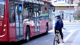 Armato di coltello minaccia i passeggeri dell'autobus, arrestato alla Garbatella