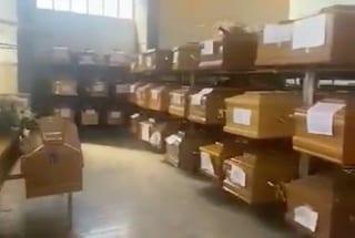 Caos cremazioni nei cimiteri di Roma, la situazione oggi: centinaia di bare impilate nel deposito
