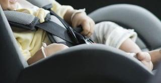 """""""Aiuto, mio figlio sta morendo"""": poliziotto salva bimbo intrappolato nell'auto della mamma"""