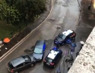 Scappa all'alt contromano e provoca incidente: a bordo dell'auto una borsetta rubata a un'anziana
