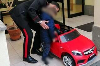 Ruba l'auto elettrica a un bambino, i carabinieri lo rintracciano e restituiscono il giocattolo