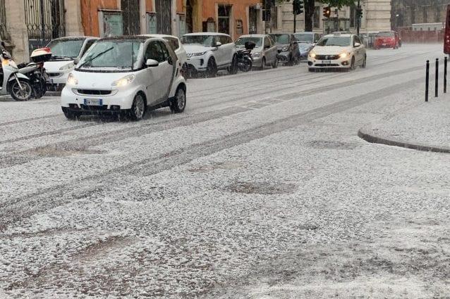 Roma coperta dalla grandine: imbiancata anche Trigoria