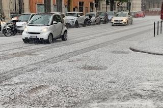 Nubifragio a Roma: la grandine imbianca le strade, disagi e allagamenti