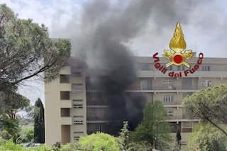 Incendio nel cortile dell'ospedale Cto: fitta colonna di fumo sopra Ostiense