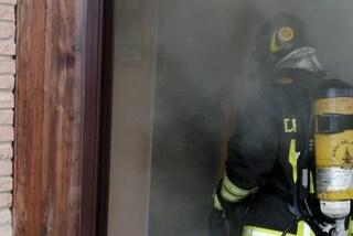 Incendio al Tintoretto, morta una donna: il figlio trovato con una fiocina nell'occhio