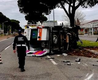 Roma, incidente sulla Colombo: ambulanza si ribalta, trasportava bimbo in ospedale. Quattro feriti