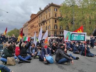 """Lavoratori Alitalia manifestano a Roma: """"No ai licenziamenti e alla distruzione della compagnia"""""""