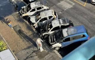 Incendiate quattro automobili a Centocelle: in un video si vede un uomo gettare della benzina