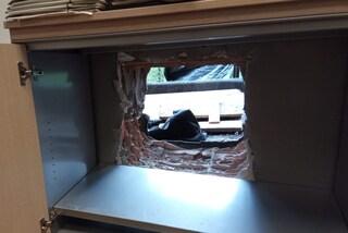 Roma, rapinatori tentano un colpo in banca e scappano attraverso un buco nel muro