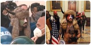 Negli scontri di Montecitorio spunta un uomo vestito come lo sciamano di Capitol Hill