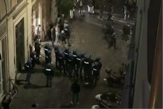 Serata di tensione e assembramenti in centro: polizia in assetto antisommossa e vigili picchiati