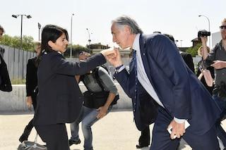 Raggi fa gli auguri a Malagò, ma dimentica il no alle Olimpiadi e la 'buca' all'appuntamento