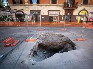 "Voragine nel quartiere Appio-Latino: strada transennata e traffico in tilt. Meleo: ""Fake news"""