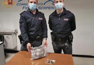 L'incredibile errore del pusher: sbaglia persona e consegna la cocaina a un poliziotto