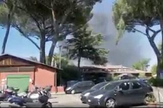 Incendio a Pietralata, colonna di fumo nero visibile da chilometri di distanza