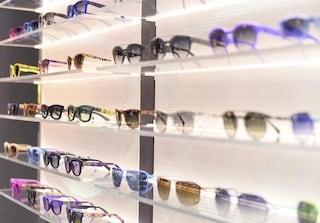 Occhiali da sole contraffatti dannosi alla vista: sequestrati 240 mila pezzi da 2 milioni di euro