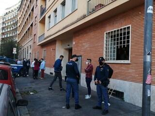 Roma, 18enne uccide il papà a coltellate poi tenta di togliersi la vita: arrestato
