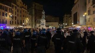Lancio di bottiglie e scontri a Campo de' Fiori dopo Italia-Turchia: cariche per disperdere movida