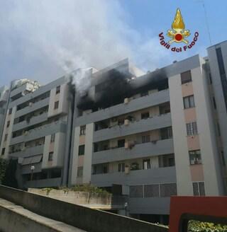 Laurentino: appartamento in fiamme, vigili del fuoco salvano una persona rimasta intrappolata