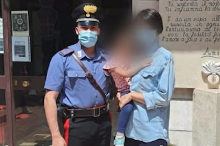 Nubifragio all'asilo, una bimba va a trovare i carabinieri che l'hanno salvata