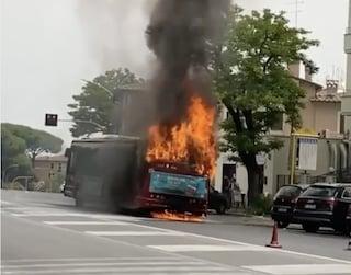 Bus Atac in fiamme su via Portunse: in salvo i passeggeri
