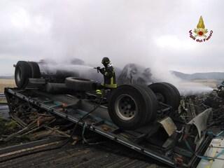 Tragedia sulla Roma-Civitavecchia, camion urta guardrail e si ribalta: conducente morto carbonizzato
