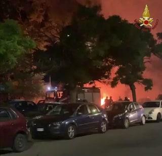 """Incendio a Valle Aurelia: in fiamme un camper e tre auto. Residenti: """"Si è sentito un boato"""""""