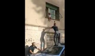 Bimba di due anni rischia di cadere dalla finestra: i poliziotti le salvano la vita (VIDEO)
