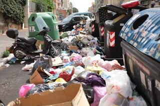 """Roma invasa da tonnellate di immondizia: """"Dopo un anno tornano i turisti e noi ci presentiamo così"""""""