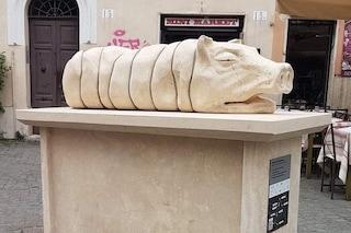 La statua della porchetta a Trastevere che fa discutere