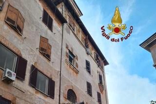 Sale sul cornicione di una palazzina a Garbatella per gettarsi nel vuoto: salvata dai pompieri