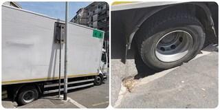 Voragine a Roma, un camion rimane incastrato nel manto stradale