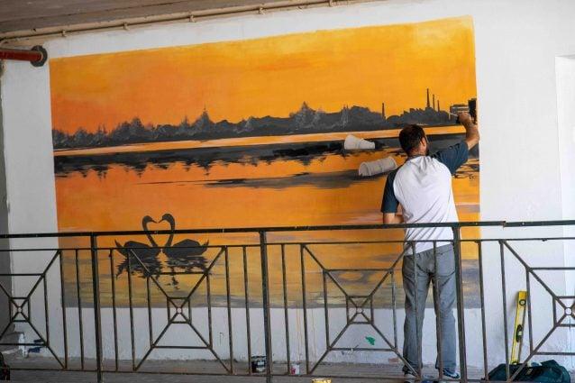 Sottopasso dormitorio per migranti durante pandemia diventa simbolo di rinascita con la street art