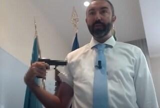 """Follia del consigliere no vax Barillari, si punta pistola al braccio: """"Vaccino è roulette russa"""""""