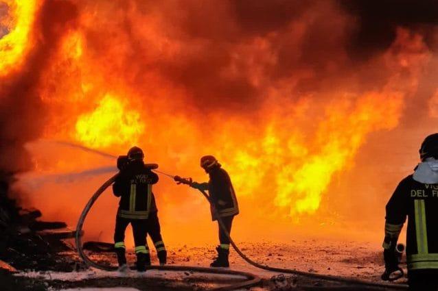 Incendio a Portonaccio vicino alla ferrovia: bruciano parti di binari