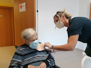 Terza dose nel Lazio per over 80: il primo richiamo a nonna Valentina, ha oltre cento anni