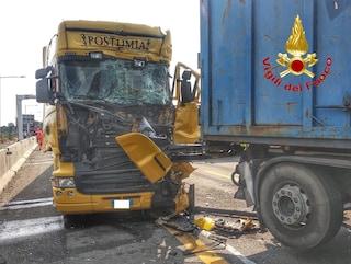 Milano, incidente in tangenziale tra 4 camion: pompieri estraggono uomo incastrato nelle lamiere