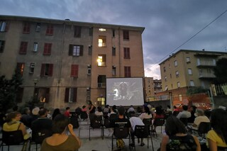 Cinema nei cortili delle case popolari: in periferia c'è vita, ma la politica la ignora