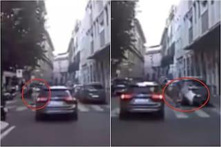 Milano, attraversa in monopattino e viene falciato da un'auto: l'incidente è impressionante