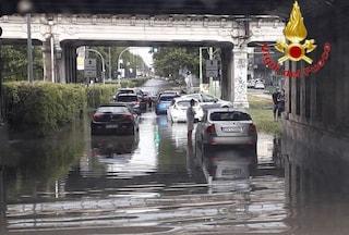 Maltempo a Milano, sottopassi allagati e persone intrappolate in macchina salvate dai sommozzatori