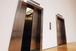 Bergamo, la porta si apre ma l'ascensore non c'è: donna precipita nel vano e finisce in ospedale
