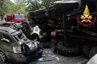 Camion si ribalta e travolge le auto parcheggiate: grave incidente al lago di Ghirla in Valganna