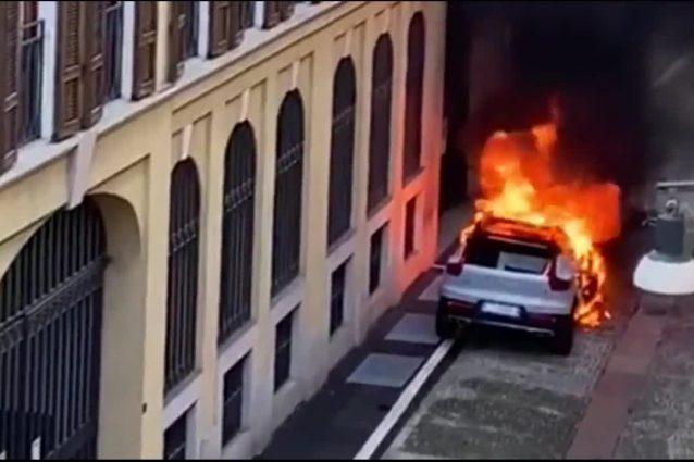 L'auto in fiamme a Brera
