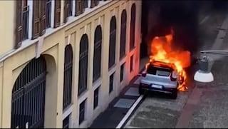Incendio a Milano, fiamme e fumo da un'auto parcheggiata a Brera: paura per i residenti