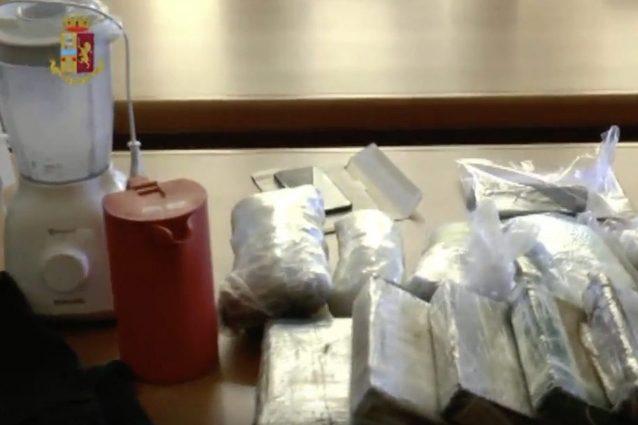 Raffineria di droga in un magazzino di Varese, c'era anche cocaina liquida: 2 arresti