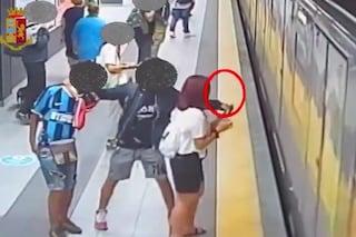 Milano, passeggero Atm derubato del cellulare da 500 euro in metropolitana: arrestato un 32enne