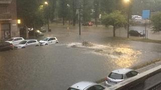 Milano, bomba d'acqua all'alba fa esondare il Seveso. E nel Varesotto cade grandine grossa come noci