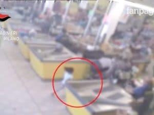 L'immagine delle telecamere in cui si vede la bambina fuggire